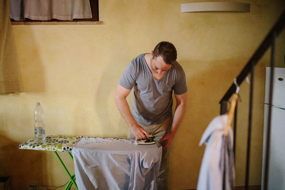12-ironing-wedding-tuscany.jpg