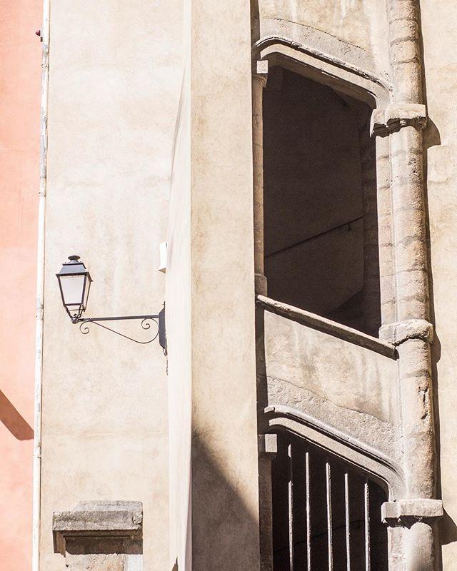 De passage à Lyon pour donner un atelier sur la création de contenu à un panel de supers femmes entrepreneuses, je ne me lasse pas d'arpenter la ville. 👩🏼💻 J'ai toujours aimé cette grande ville aux ambiances de petit village. Une ville à taille humaine, où l'on apprécie découvrir la particularité de chaque arrondissement, la richesse de son patrimoine et de son architecture. Après avoir vécu trois ans dans cette ville, et bien voyagé depuis, je me trouve comme une touriste, à déambuler dans les ruelles du Vieux Lyon.  ___ Oh Lyon, my sweet city. This is a pleasure to be back here for work where I'll be giving a course on content creation to some badass Girl Boss. 💁🏼♀️ Lyon is just an amazing city, perfect to mix creativity and authenticity, proof here with this view of the Vieux Lyon 👌🏻 . . . . #lyon #onlylyon #visitlyon #lyonarchitecture #vieuxlyon #architecture #gameoftones #architecturedaily #architecturedetails #buildinglover #girlboss #creativityfound #calledtobecreative #creativeboss #visitfrance #contemplating #creativeentrepreneur #creativegirlboss #auvergnerhonealpes #rhonealpestourisme #lyontourisme #igerslyon #museeminiatureetcinema