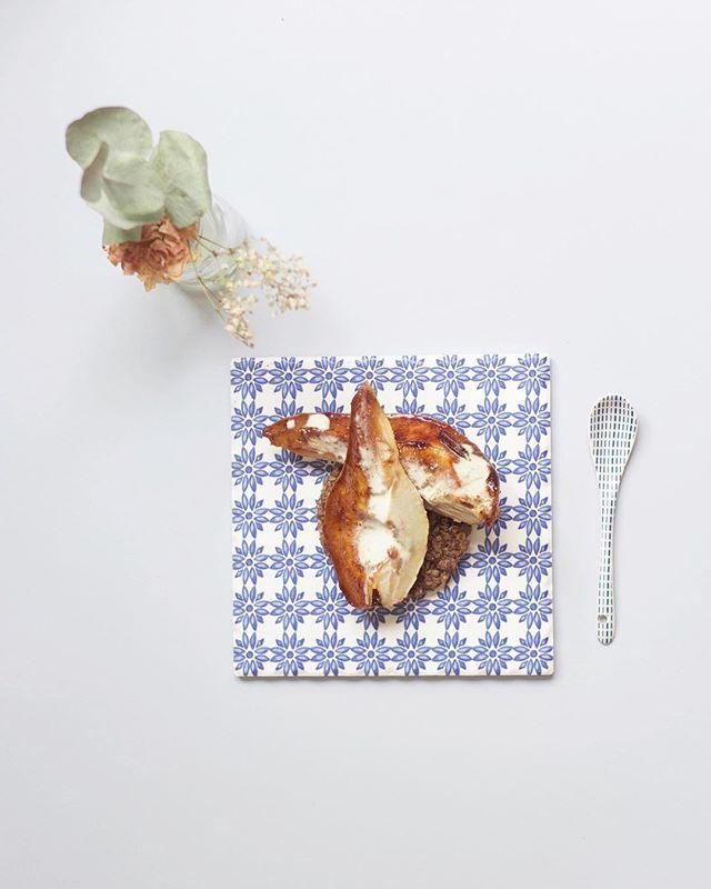 La vérité, c'est qu'il faut une part d'imprévu pour réaliser une recette ! L'histoire de celle-ci a commencé avec une envie de granola maison... le résultat n'étant pas assez sec pour des barres de granola, c'est un nouveau dessert que voila 💡Poires rôties aux épices et caramel, sur une base de granola maison graines et chocolat avec un trait de crème d'amande - la simplicité est aussi une tuerie 🍐 __ The pearfect history of a dessert 👩🏼🍳 I wanted to make some granola, but sh*t also happen in the kitchen and seems like it was not exactly what I was expected ! As it was still tasty, I used it for a new recipe, and tadam here it is 💡 Some roasted spicy caremely pears on cereals and chocolate granola, topped with some almond cream 🥄 . . . . . #dessertfacile #dessert #recettefacile #recettemaison #foodphotography #foodphoto #fooddessert #foodstylist #pear #poire #pearfect #theartofplating #pursuepretty #livemoremagic #theartofslowliving #glutenfree #sansglutensanslait #veggiefood #cuisinemaison #grenoble #gastronomie #gourmandise