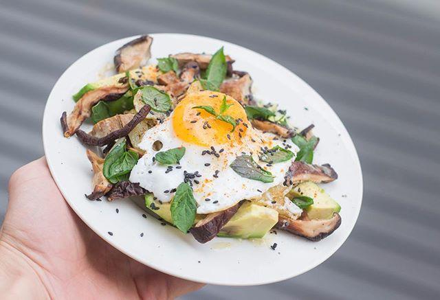 Je veux tes œufs 🥚 Cuisiner et se déhancher sur fond de musique by @angele_vl 👌🏻 — - Eggcelent, the weekend can start in simplicity 🍳 . . . . . #eggcelent #eatsimple #food #foodphotography #dessert #thefeedfeed #thefeedfeedglutenfree #glutenfree #dairyfree #petitplat #sansgluten #sanslait #avocat #eatbeautiful #faitmaison #alpesishere #cuisineasiatique #yummy #foodlover #grenoble #foodjournal #gourmandise #gourmet #epicurien #cuisine #recette