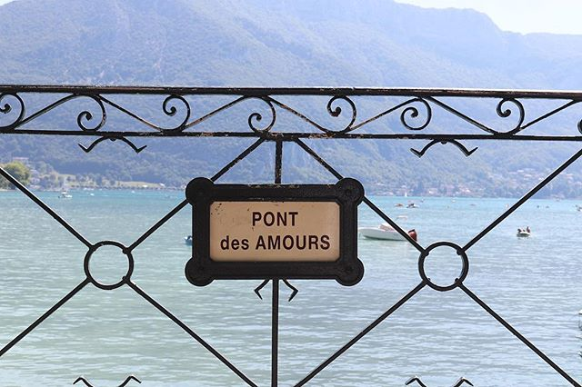 Annecy, la Venise des Alpes - commencer la semaine avec quelques mots d'amour 💕 . — - We leave in a magical region believe me. Welcome to Annecy, our little Venezia in the Alps ❣️ . . . #gameoftones #streetphotography #annecy #visitannecy #pontdesamours #minimal_shots #annecylake #savoiemontblanc #savoietourisme #ambassadeursavoiemontblanc #paletone #canonfrance #igershautesavoie #lavieenbleu #architecture #lake #frenchalps #lesalpesfrançaises #createandexplore #livemoremagic #annecymountains