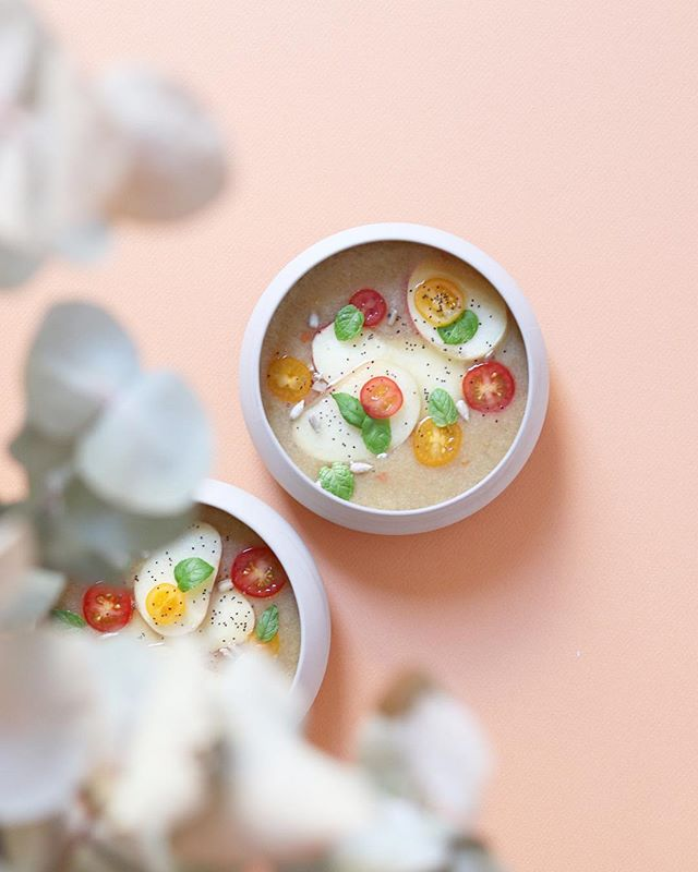 Quand il fait chaud, c'est gaspacho 🍑 Dans le mix : des pêches blanches, concombre, tomates de toutes les couleurs, menthe, pavot et assaisonnement ! . Une petite soupe froide de saison à base de fruits de saison pour garder la pêche ⚡️ __ _  Here we go with gazpacho 👌🏻 . What about a delicious cold peach soup to start the diner in beauty 😎 . . . . . . #gaspacho #soupefroide #peachgazpacho #peach #pecheblanche #seasonalfruit #summerrecipes #recettesimple #eatmoremagic #recettesaine #recettevegan #foodrecipe #stylismeculinaire #cuisinemaison #recettevegetarienne #sansgluten #sanslait #grenoble #recettemaison #bonetbeau #photographeculinaire #foodblog #veggiefood #faitmaison #yummy #propaddict #atable #ceramique