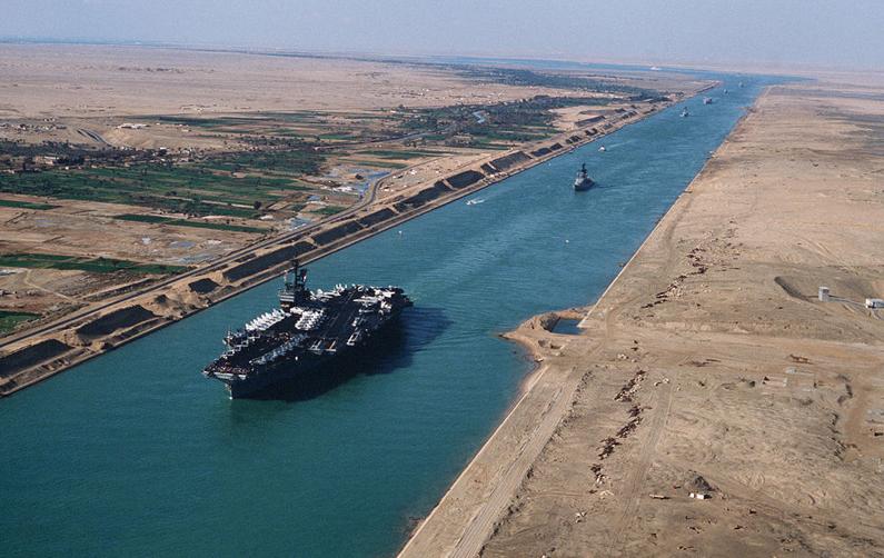 USS_America_(CV-66)_in_the_Suez_canal_1981.jpg