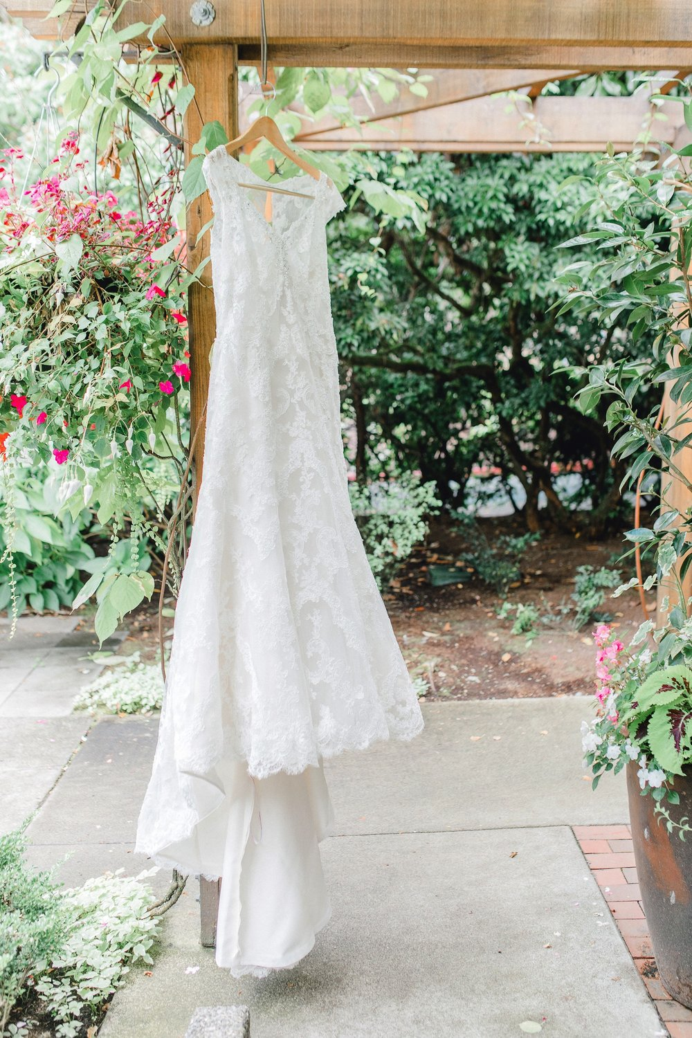 0000000000005_emmarosecompany_katiematt-2754_Photographer_PNW_House_Robinswood_Emma_Light_Company_Airy_Rose_and_Wedding_Seattle.jpg
