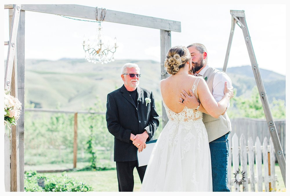 Rustic barn wedding in Wenatchee Washington at Sunshine Ranch on Easy Street, Emma Rose Company Seattle PNW Light and Airy Wedding Photographer_0070.jpg