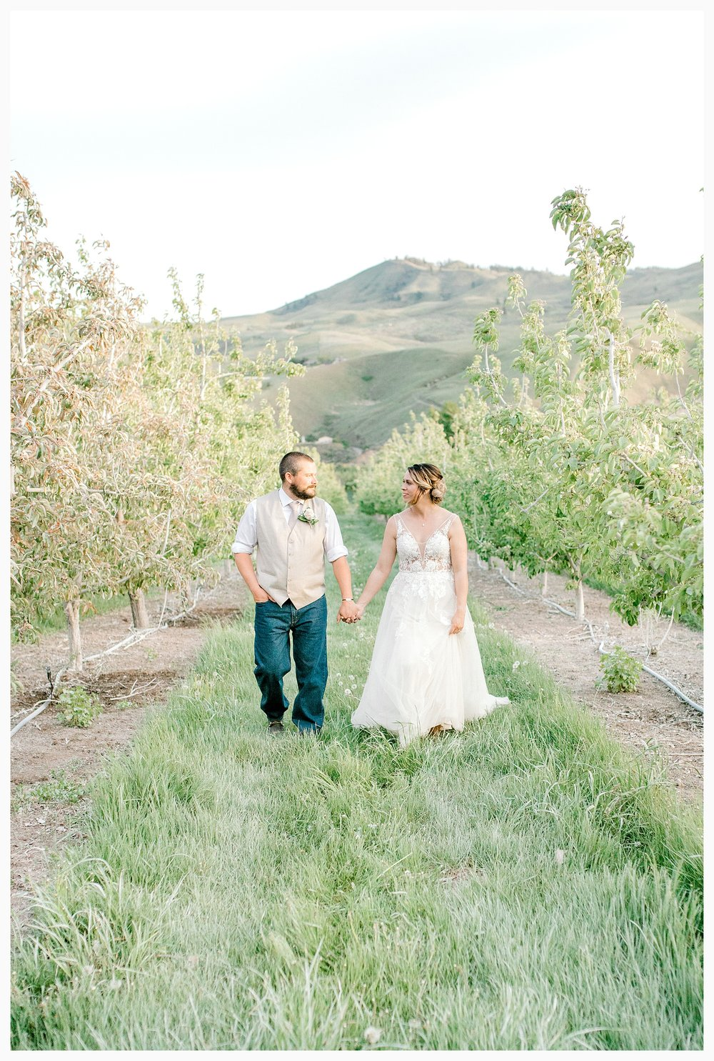 Rustic barn wedding in Wenatchee Washington at Sunshine Ranch on Easy Street, Emma Rose Company Seattle PNW Light and Airy Wedding Photographer_0140.jpg
