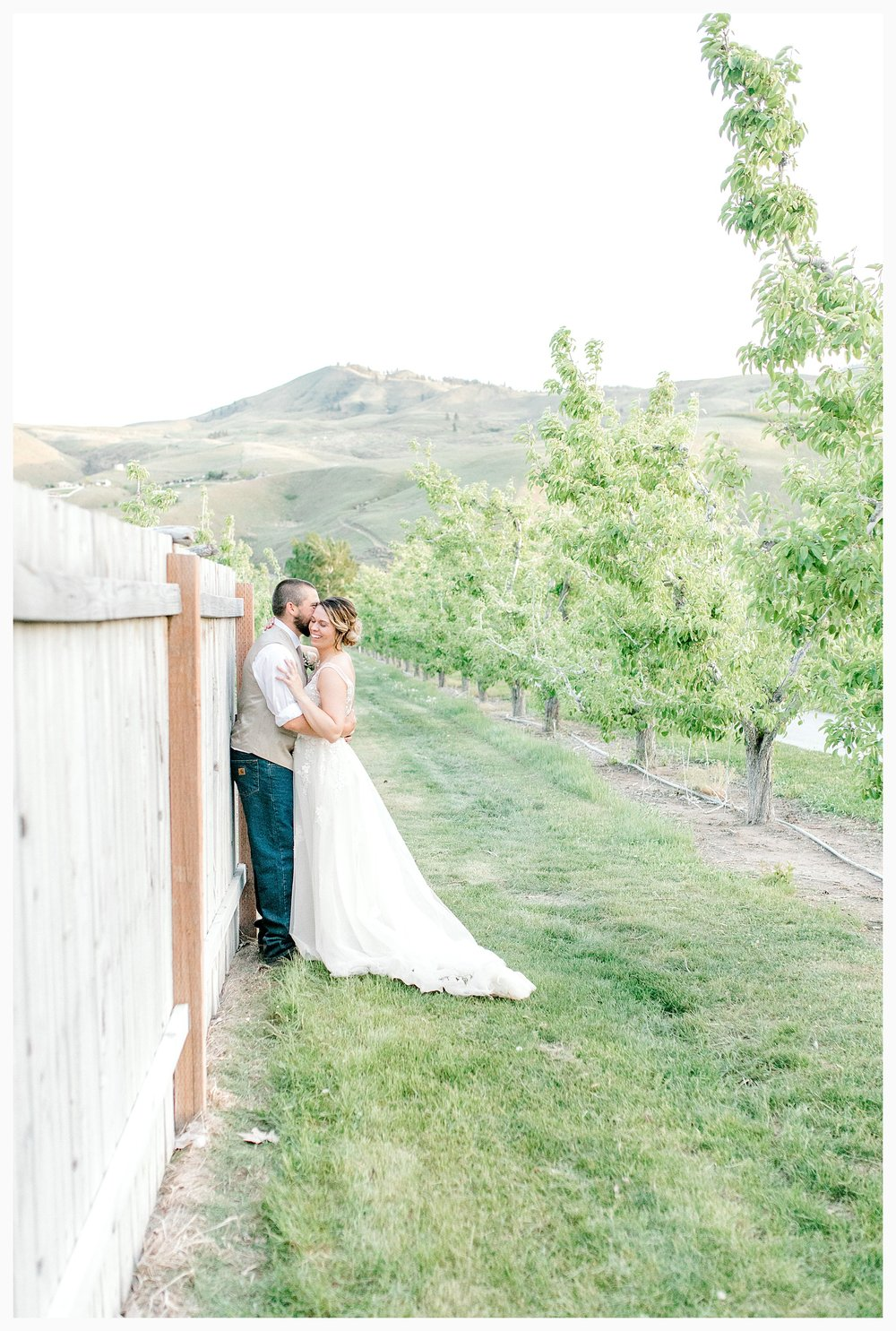 Rustic barn wedding in Wenatchee Washington at Sunshine Ranch on Easy Street, Emma Rose Company Seattle PNW Light and Airy Wedding Photographer_0142.jpg