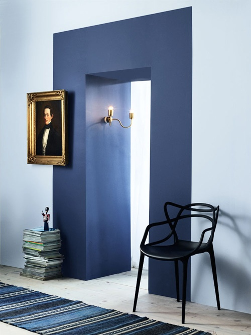 Creating a faux entryway by painting a thick block of contrasting colour. via  Sköna Hem
