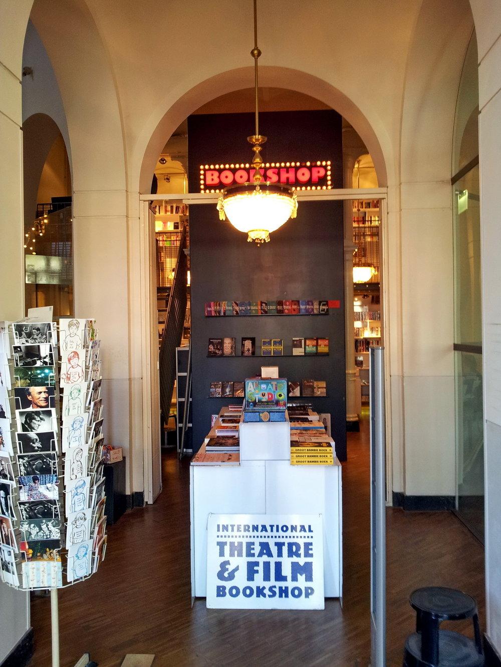 Amsterdam,_Stadsschouwburg,_theaterbookshop3.jpg
