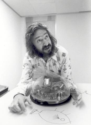 Seymour Papert com um de seus robôs (note o peixe desenhado pelo robô)
