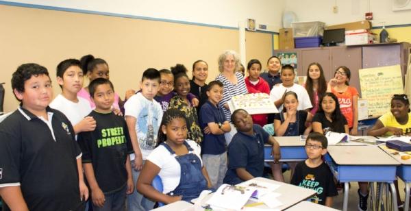 Os autores do livro ao lado da professora Grossman
