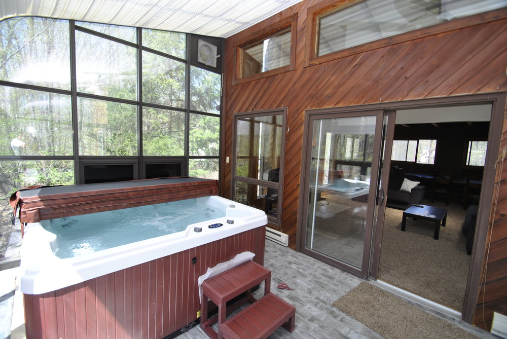 Sleeps 14-16: 5 Bedrooms (5 queen beds), 3 Baths, Pet Friendly House with Small Private Pool in Back Deck (Only Open Early May - Late Oct), Roku w/Sling/Netflix, BBQ Grill, Game Room with Ping Pong Table and an Indoor Hot Tub.