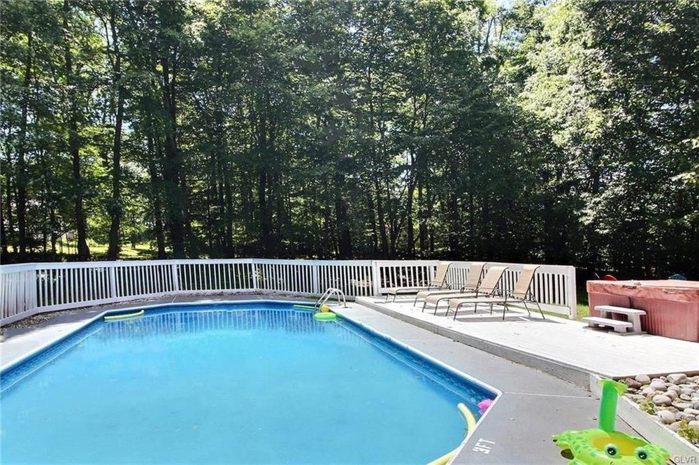 Sleeps 14-16: 6 Bedrooms (6 queen beds), 3 Baths, Beautiful Large Private Pool (Only Open Early May - Late Oct), Roku w/Sling/Netflix, Firepit in the Back, BBQ Grill, Poker Table and a Hot Tub next to the pool.