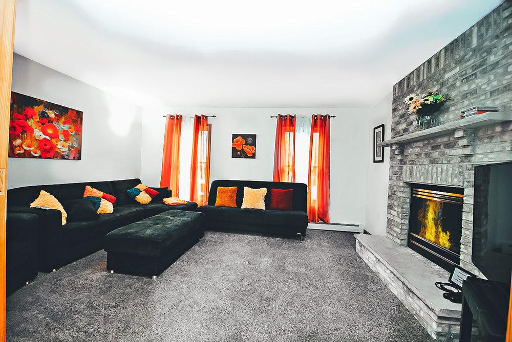 Аренда Поконо: Колониальный Особняк    Спальные места 18: 7 комнат (всего 8 кроватей), 4 ванные комнаты, Roku w / Sling / Netflix, большая спальня на третьем этаже, камин в задней части, гриль для барбекю, игровая комната с бильярдным столом с джакузи