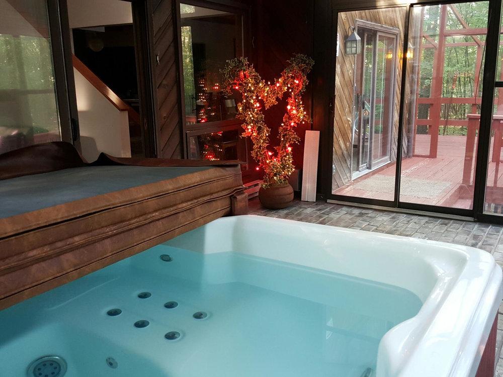 Alquiler Pocono: La Orilla    Duerme 14-16: 5 habitaciones (5 camas tamaño queen), 3 baños, una pequeña piscina privada en la cubierta trasera (abierta solo desde principios de mayo hasta finales de octubre), Roku w / Sling / Netflix, parrilla BBQ, sala de juegos con mesa de ping-pong y Bañera de hidromasaje cubierta.