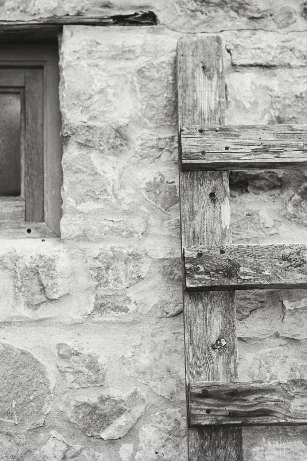 wooden ladder-formentera-rustic-black and white