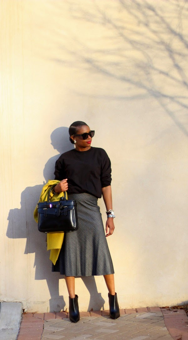 BLACK SWEATER, ASOS, SWEATSHIRT, MIDI SKIRT, GREY SKIRT, MIDI, ZARA, BOOTIES, VINCE, VINCE SHOES, VINCE BOOTIES, BLACK BOOTIES, BOXER BAG, REED KRAKOFF, REED KRAKOFF BOXER BAG, BLACK BAG, BLACK SUNGLASSES, CELINE SUNGLASSES, DANIEL WELLINGTON WATCH, YELLOW COAT, CLOSET COLLECTIVE, BLOGGER STYLE, WINTER FASHION, FASHION WEEEK, STREET STYLE, FASHON, STYLE, FASHION BLOG, FASHION BLOGGER, F BLOGGER, STYLE BLOG, STYLEBLOGGER, STYLIST, STYLISH, STREETSTYLE, PERSONAL STYLE, PERSONAL STYLE BLOGGER, BLOGGER, BLOG, INSTA STYLE, INSTA FASHION, WHAT TO WEAR, OOTD, FASHION OF THE DAY, STYLE OF THE DAY, FASHION AND STYLE, HOLIDAY STYLE, WHAT TO WEAR FOR THE HOILDAYS, MUST HAVE, FALL TRENDS, HOLIDAY TRENDS