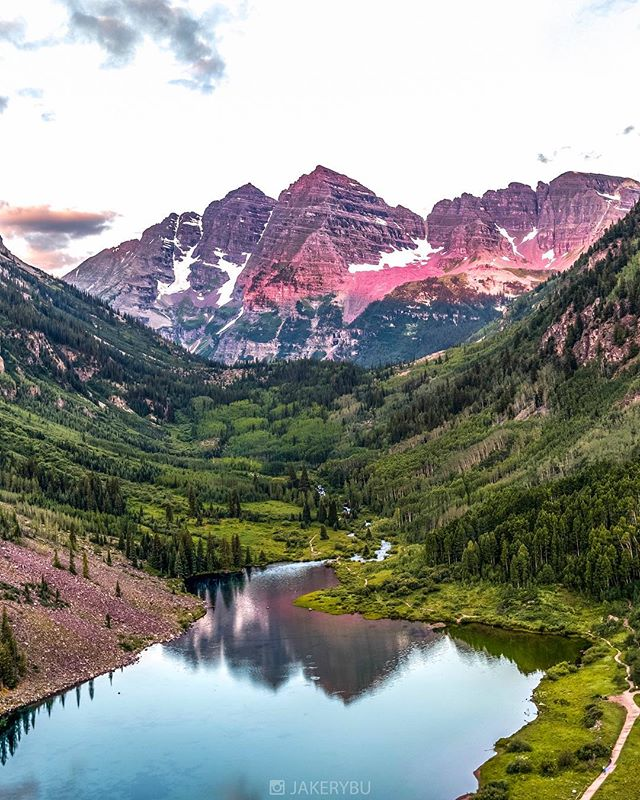 Good morning from Maroon Bells . . . #TravelAwesome . . . #ig_worldclub #mashpics #agameoftones #ig_color #createexplore #createcommune #reflectiongram #theimaged #igworldclub #beautifuldestinations #doyoutravel #liveauthentic #thebestdestinations #exploretocreate #letsexplore #mobilemag #huffpostgram #communityfirst #vzcomood #ig_unitedstates #awesome_photographers #bevisuallyinspired  #theworldshotz #NatureGeography #visualarchitects  #thecreatorclass #everydayeverywhere #welivetoexplore #wonderful_places