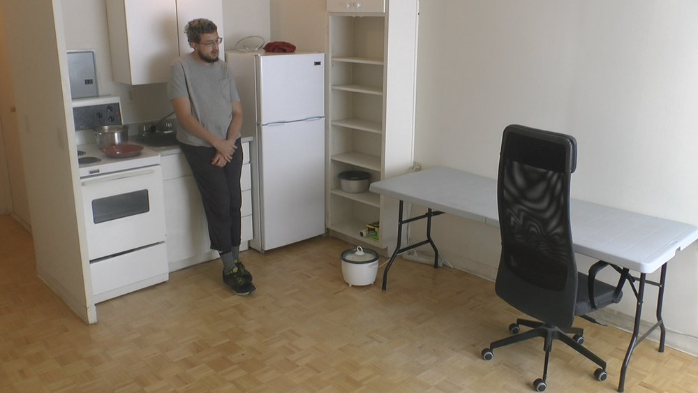 A man settles into his new home and tries to become famous on the internet.
