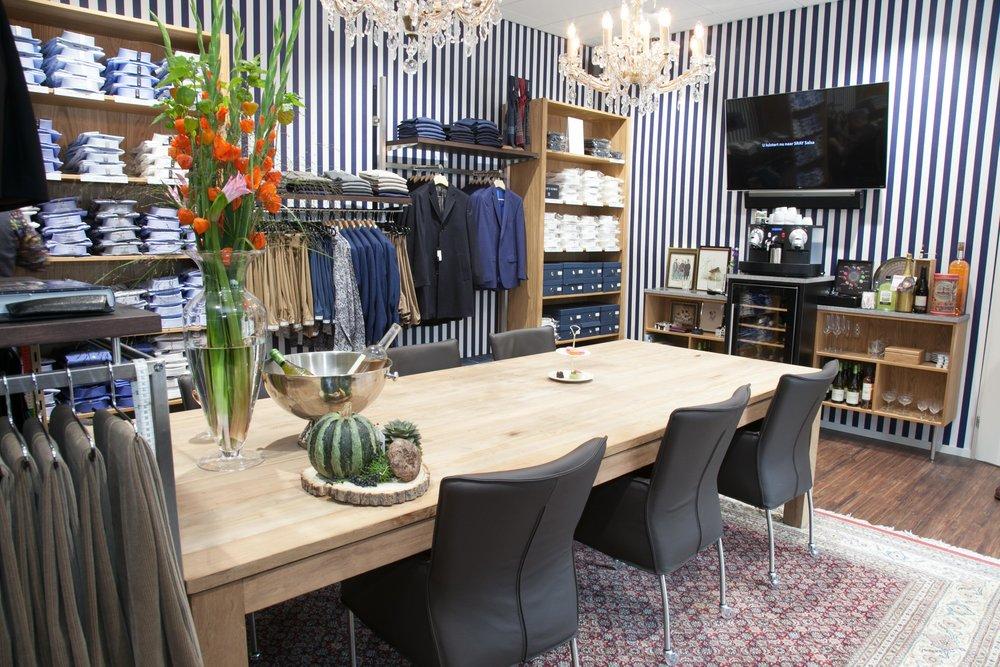 U wordt ontvangen door onze personal tailor in de Herenkamer van Brothers Mode, dit alles onder het genot van een hapje en een goed glas wijn.