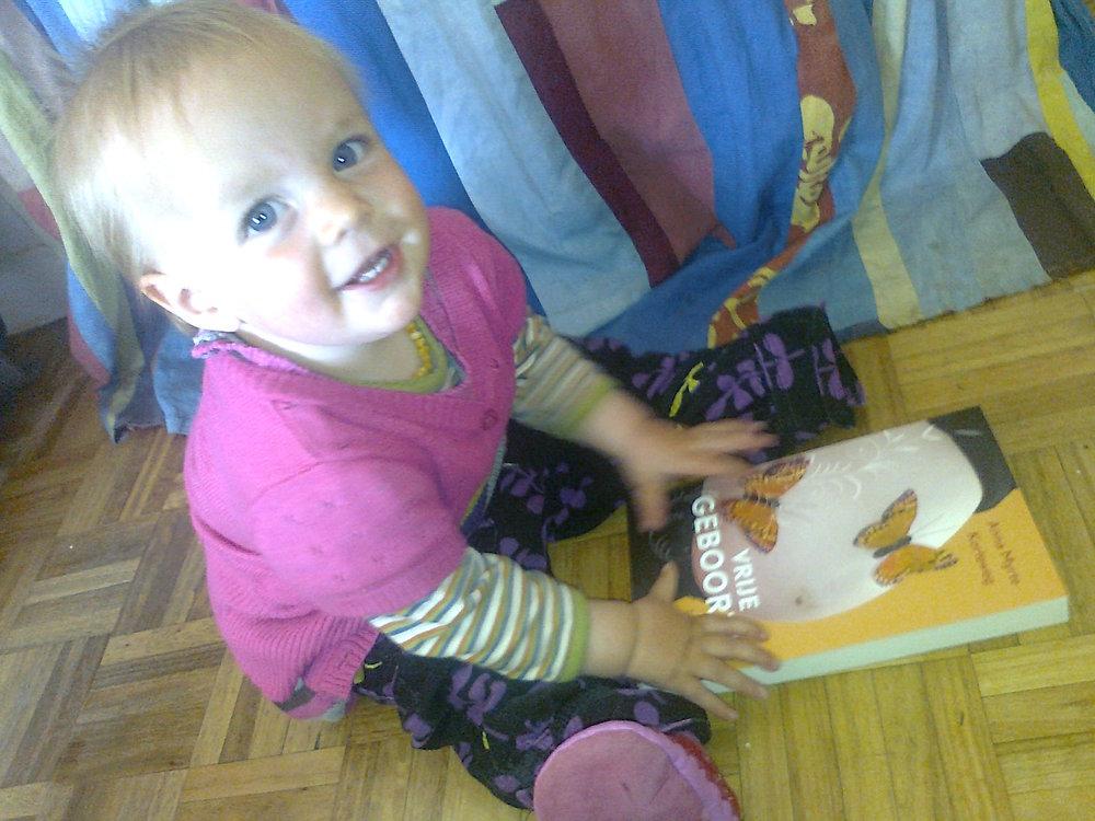 2011: Mijn dochter Jana met het eerste Vrije Geboorte boek. Ik schreef Vrije Geboorte met Jana in mijn buik.