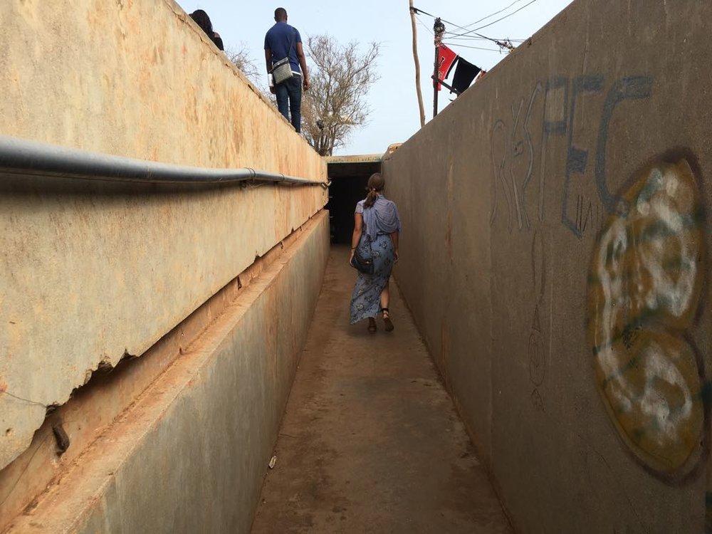 Als je door deze gang loopt en dan een lange trap af gaat kom je uit bij de kamer waar hij woonde, een kamer in de grond in een bunker, met een grote deur vanwaaruit je op de zee uitkeek (zie foto's verderop).