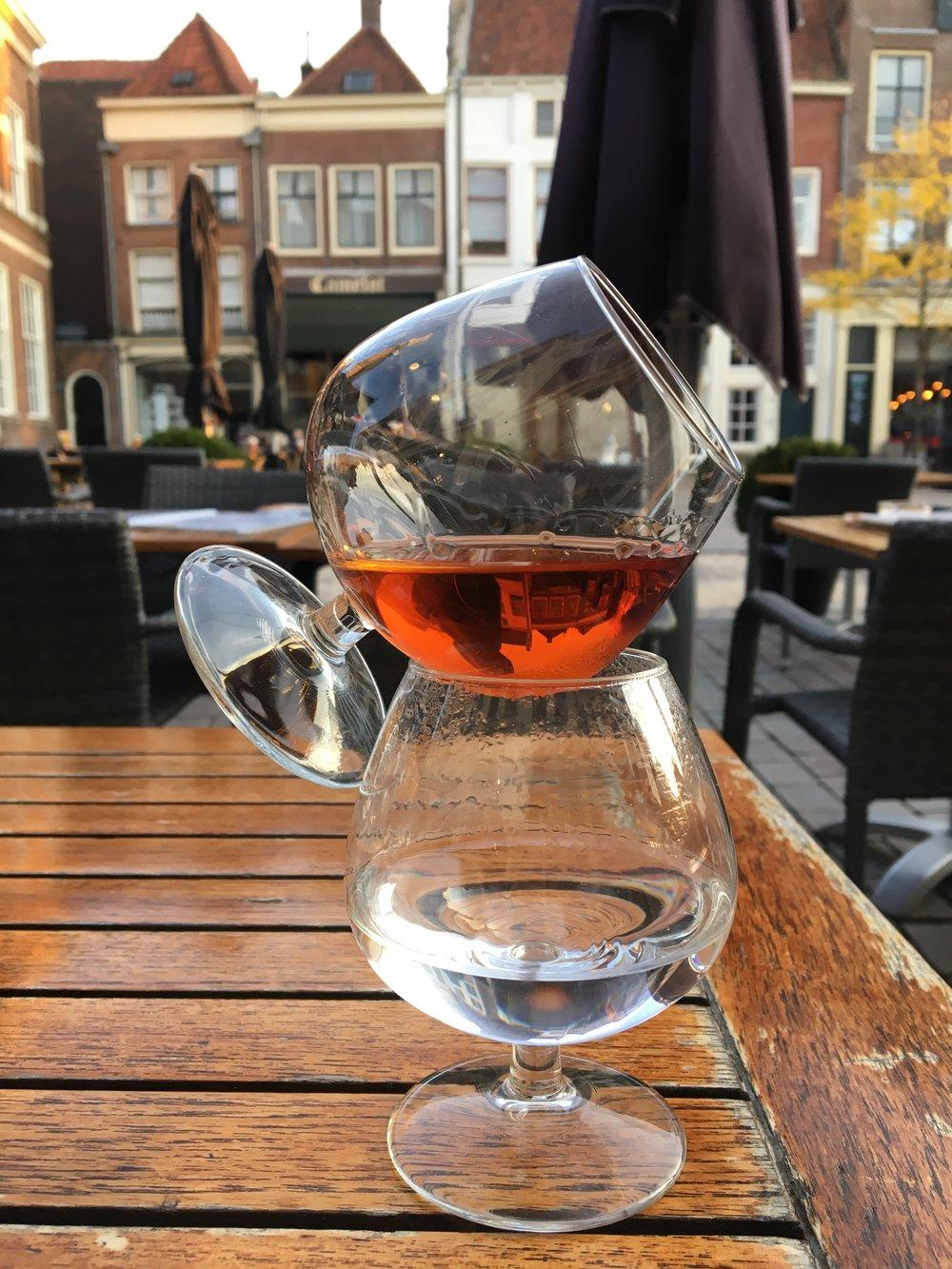 Genieten met mijn moeder: cognacje na de maaltijd op de markt in Zutphen