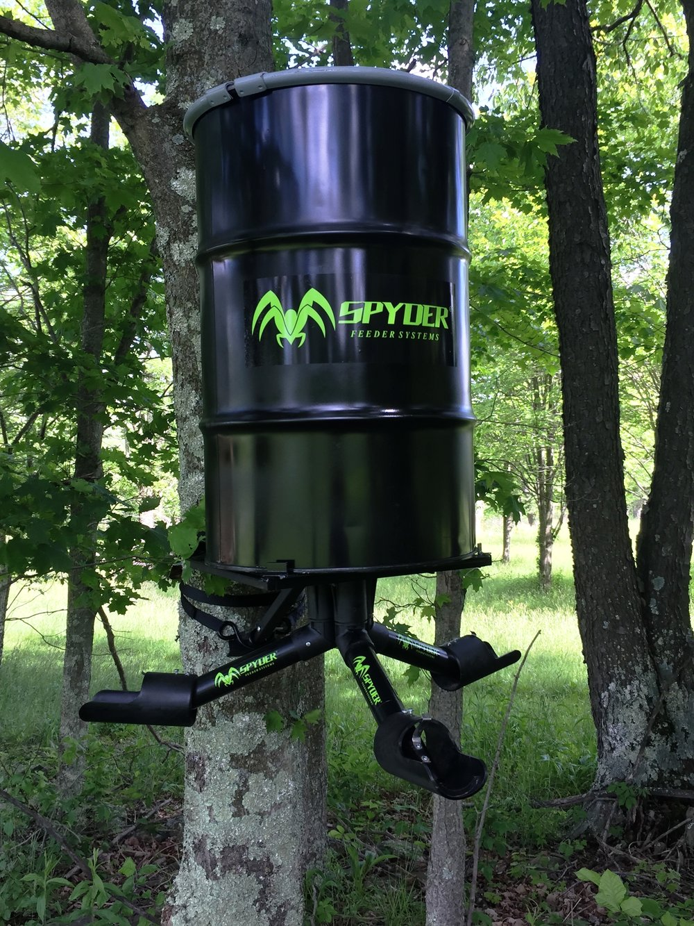 The SPYDER Gravity Feeder System  come equipped with two mounting options from which to choose. A steel platform that attaches to any tree or post, or a traditional tripod leg system.