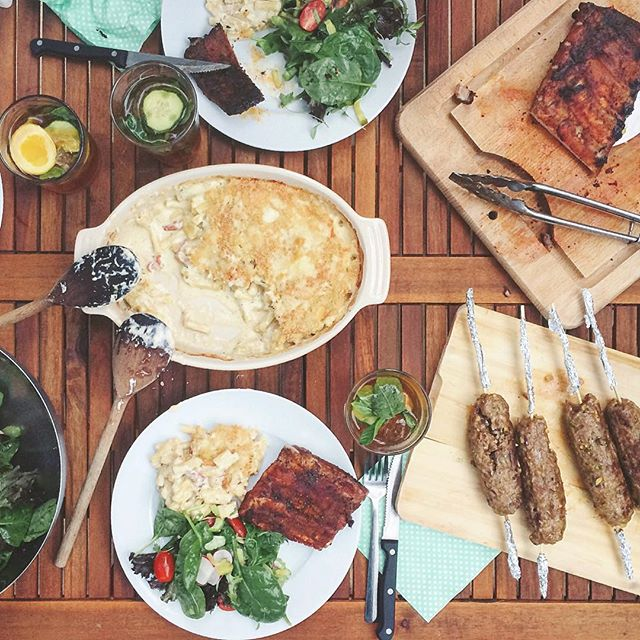Sunday BBQ with @kanabananana & @e_cooks_ 😊😍 Memphis-style ribs, lamb kebabs & a killer gourmet mac & cheese, with the quintessential British summertime booze: Pimm's 🍹