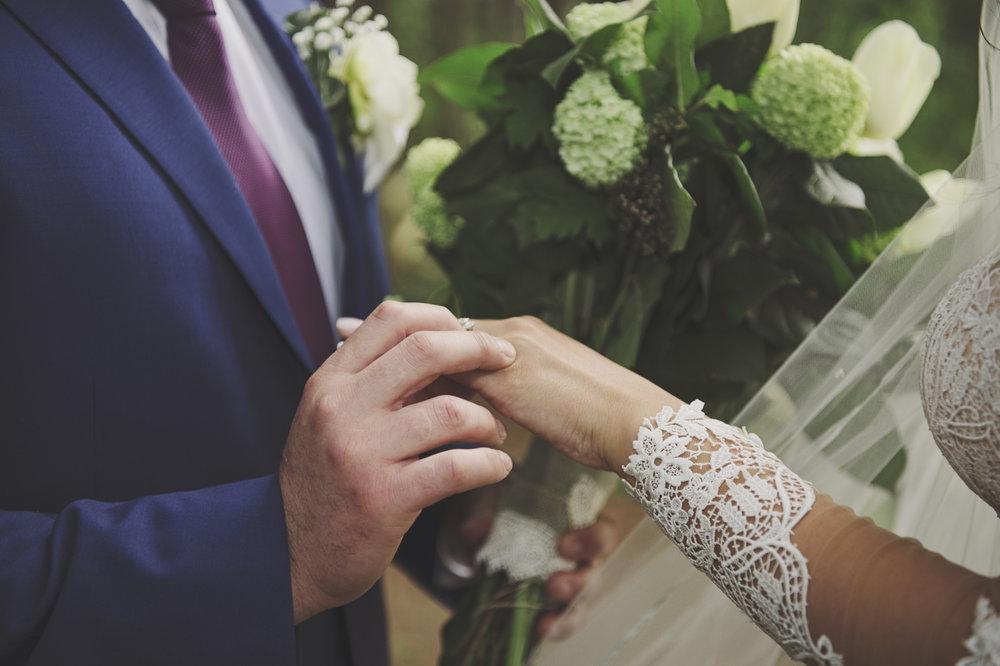 Woodsy Wedding_Kitsap Memorial Park Wedding_Kelsey Lane Photography_engagement ring