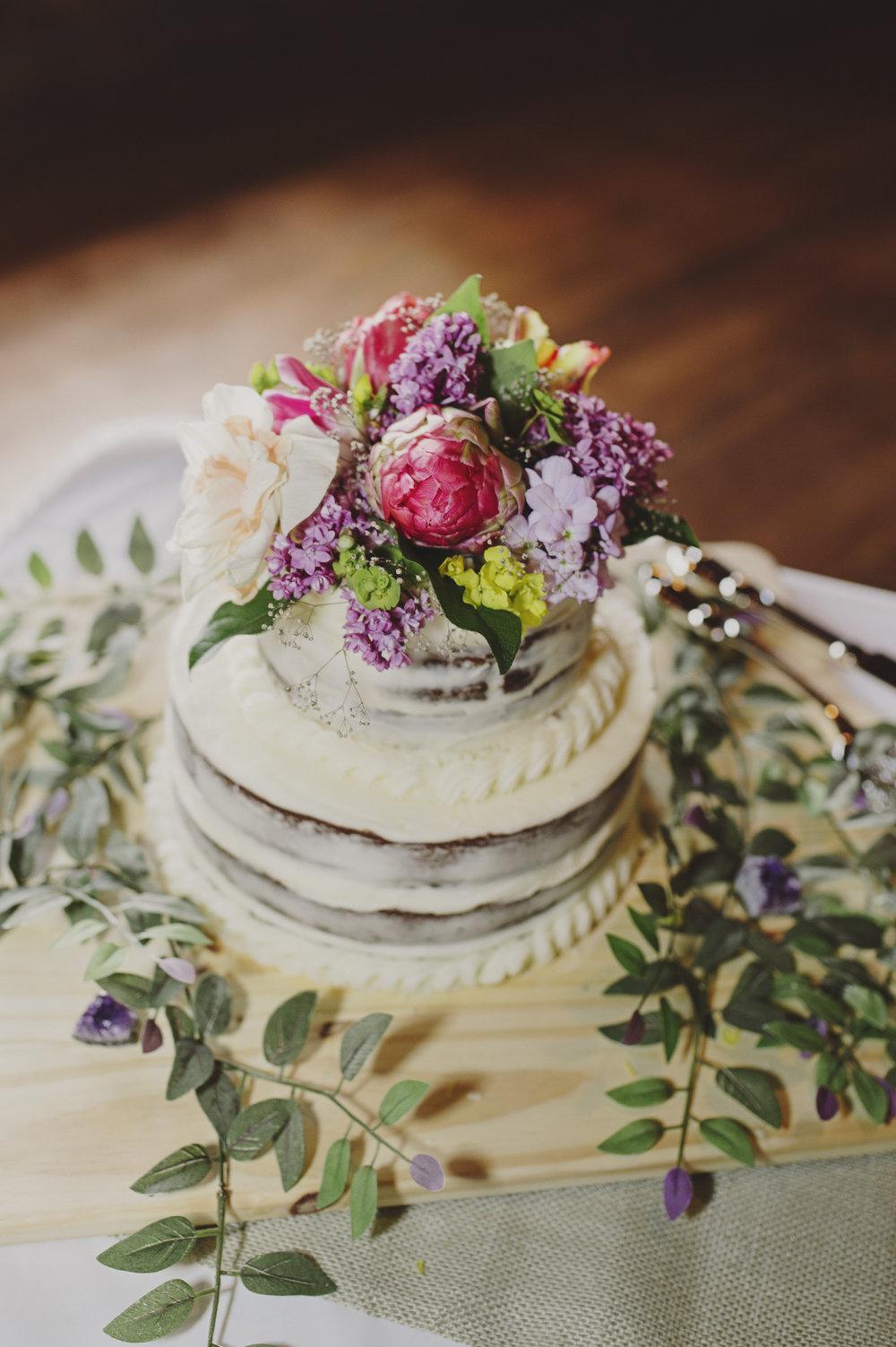 Woodsy Wedding_Kitsap Memorial State Park Wedding_Kelsey Lane Photography_flowers on wedding cake