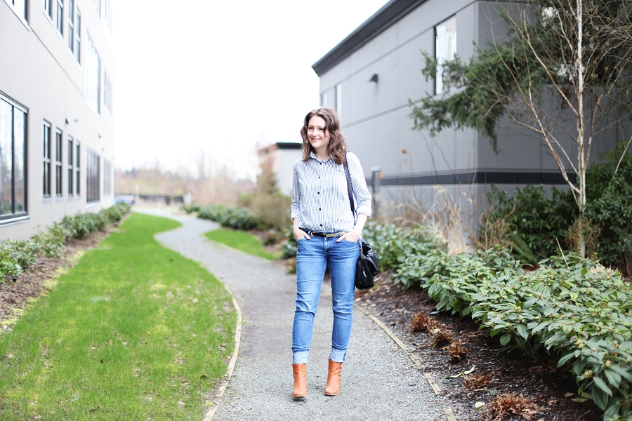 I love this minimalist, classic outfit: a striped shirt tucked into jeans.