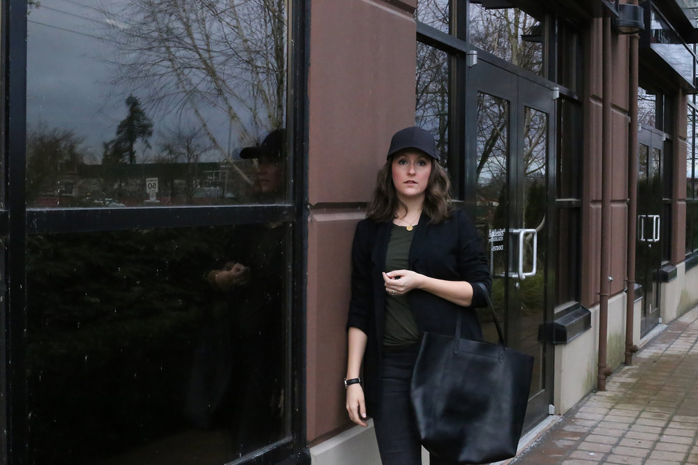 Love this streetstyle look of a black baseball hat with a blazer.