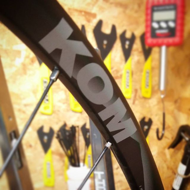 Meet a new favourite in our range of Alloy CX rims the WTB i21 KOM rim.  Straightforward to build with, perfect width for a 33mm tyre at 21c internal, a Matt finish and we'll finished at the weld.  This pair are getting laced to @hopetech RS4 center lock hubs with Sapim spokes.  Weight for a 32 hole build without rotors, cassette or skewers are: Fr 740g R 910g  #handbuiltwheels #wheelbuilding #crossiscoming #crossisboss #thehappycog