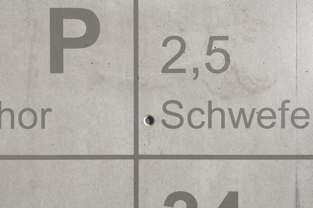 bayer-treppenhaus-periodensystem-chemie-fassadenbeschriftung-wandbild-industrie