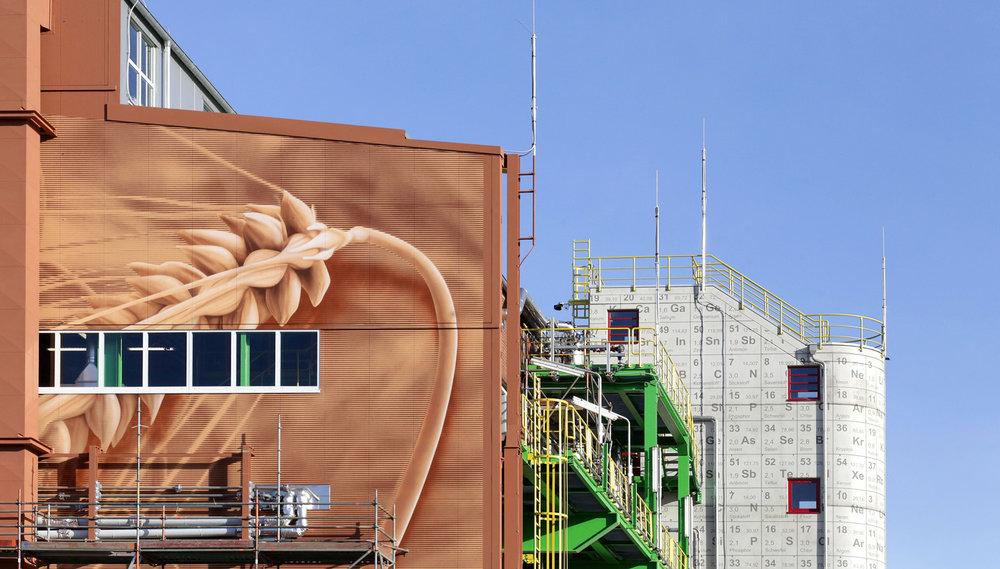 Bayer_Treppenhaus_Periodensystem_Chemie_Fassadenbeschriftung_Wandbild_Industrie