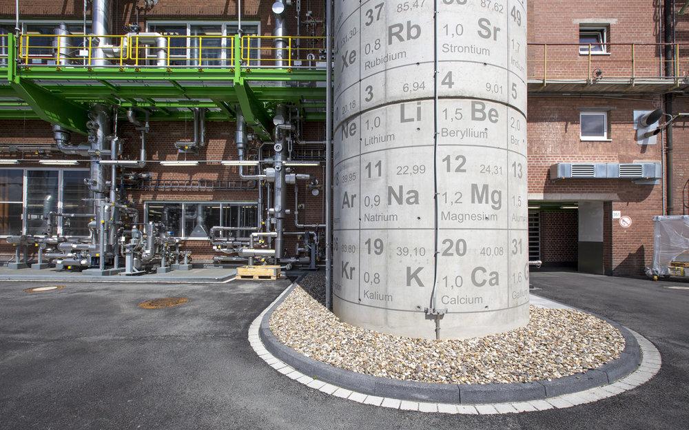 Bayer_Treppenhaus_Periodensystem_Chemie_Fassadenbeschriftung_Wandbild_Grafitti