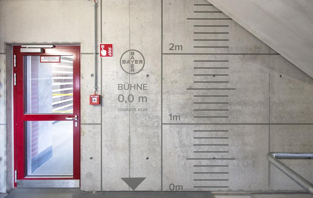 Bayer_Treppenhaus_Periodensystem_Chemie_Fassadenbeschriftung_Leitsystem