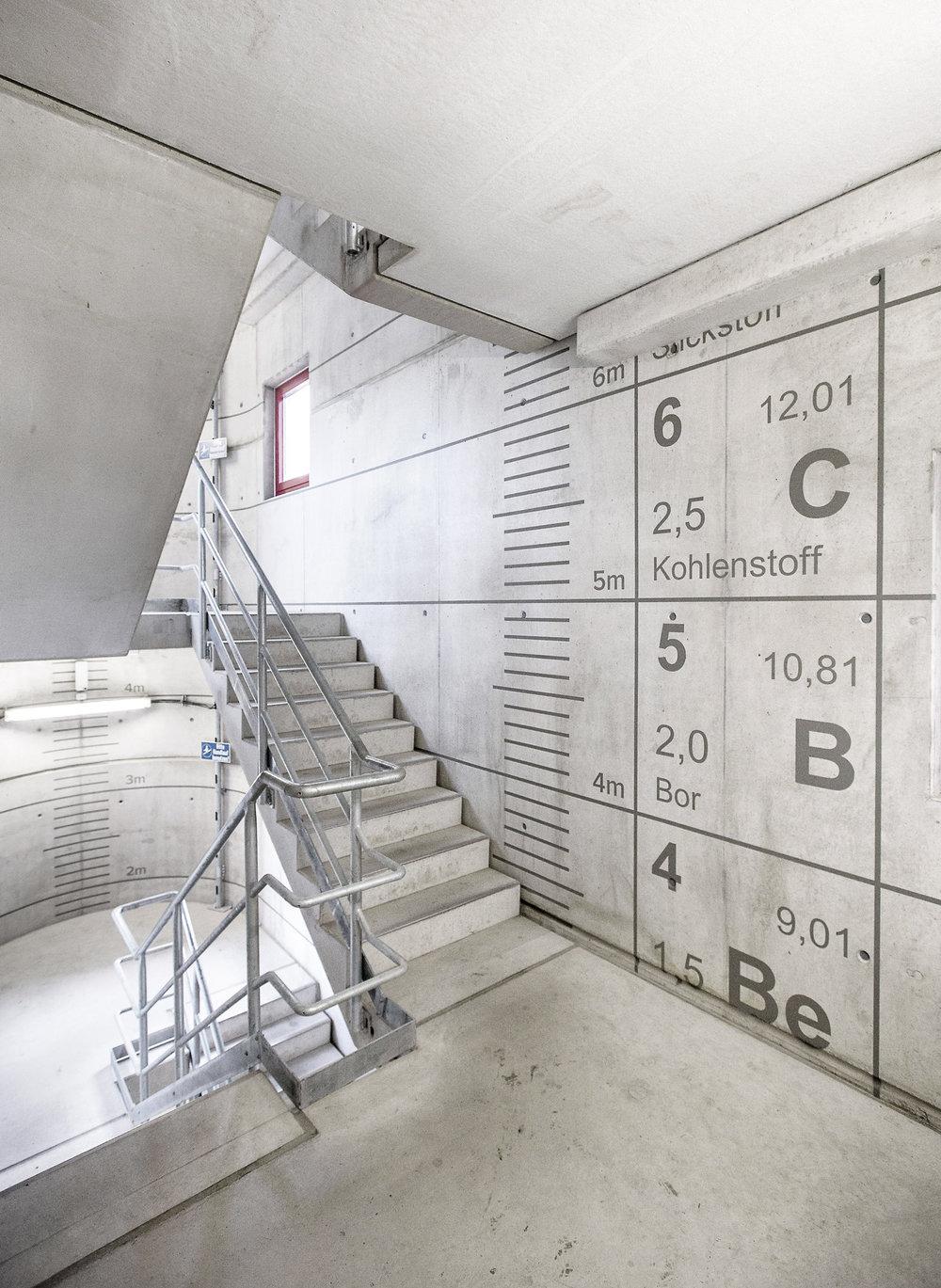 Bayer_Treppenhaus_Periodensystem_Chemie_Fassadenbeschriftung_Wegeleitsystem_Orientierungshilfe
