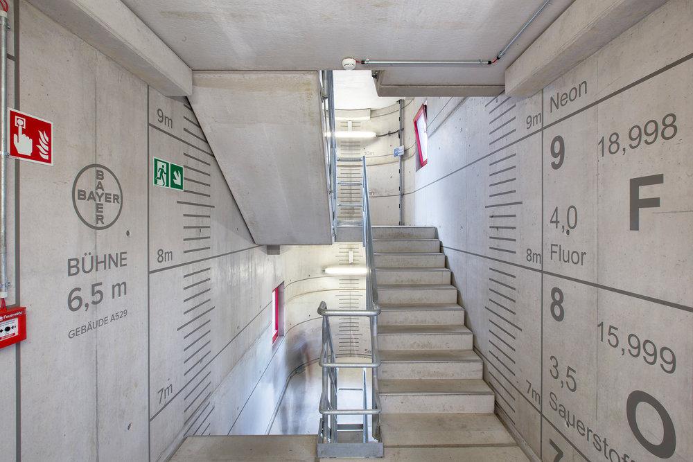 Fassadengestaltung-auf-Putz-beton-bayer-treppen-leitsystem-sicherheit-notausgang-wandbeschriftung.jpg