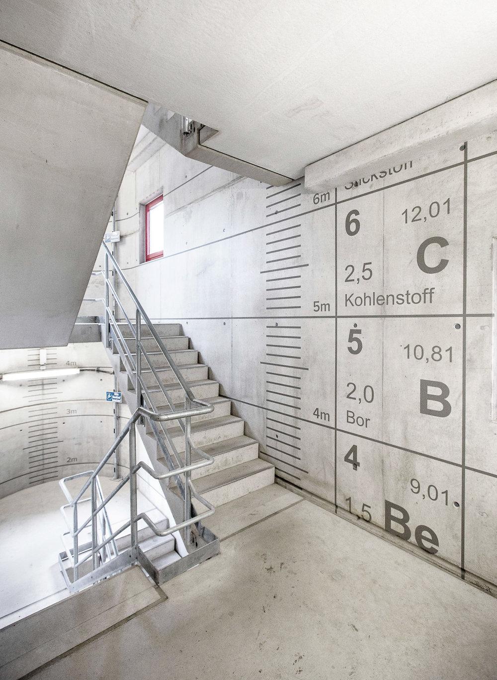 Fassadengestaltung-auf-Putz-beton-oberflache-treppe-elemente-industrieanlage-sicherheit-schrift-Beispiel.jpg