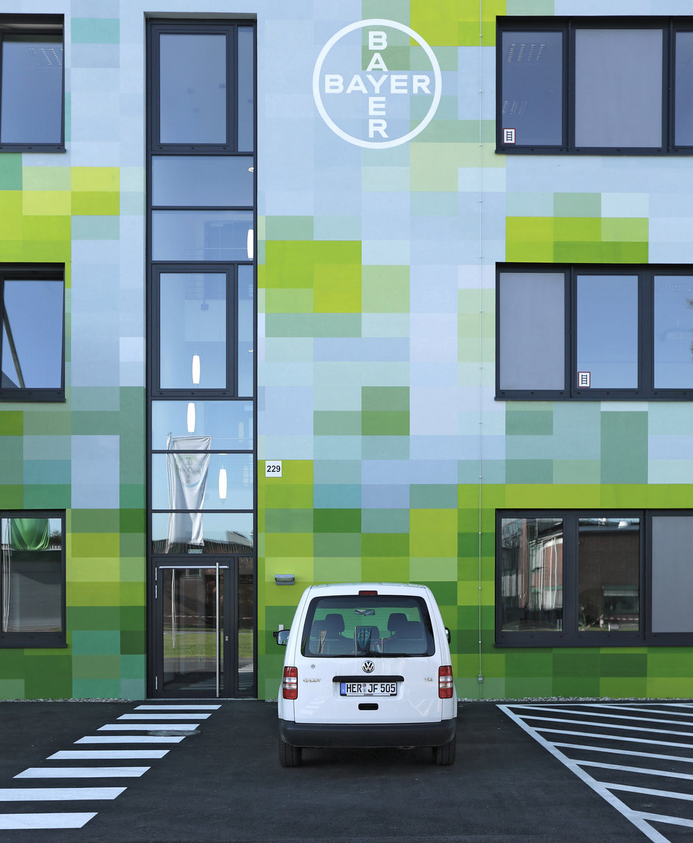 Fassadengestaltung-auf-Putz-bayer-logo-reklame-farbkonzept-pixel-grafik.jpg