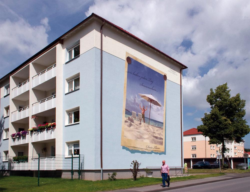 Fassadengestaltung-auf-Putz-brandmauer-wohbau-farbkonzept-reklame-wandbild-Beispiel.jpg