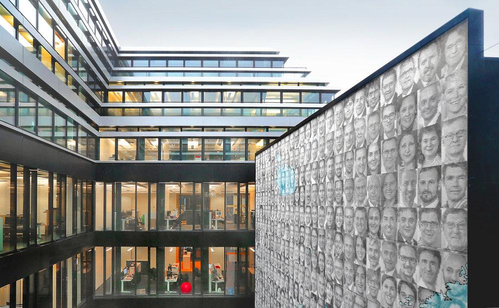 Fassadengestaltung-auf-Putz-EASA-koeln-innenhof-linienbild-portrat-fotos.jpg