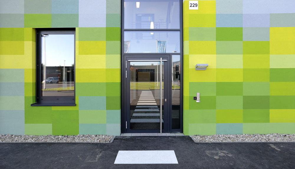 Fassadengestaltung-auf-Putz-eingang-industriegebaude-halle-bayer-monheim-farbe.jpg