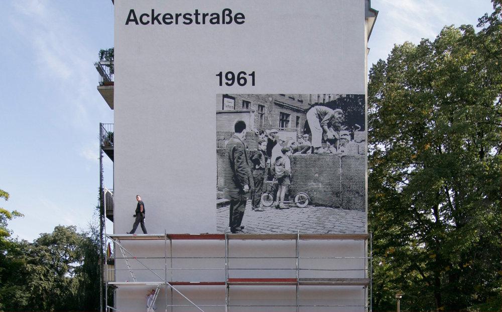 Fassadengestaltung-auf-Putz-Mauergedenkstaette-berlin-ackerstra__e-foto-an-der-wand-mauerfall-giebel-Beispiel.jpg