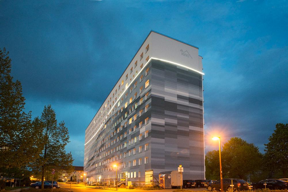 Fassadengestaltung-auf-Putz-Senftenberg-Pixel-Wasser-Welle-LED-Lichtband-Logo-wohnungsbau-hochhaus-beispiel.jpg