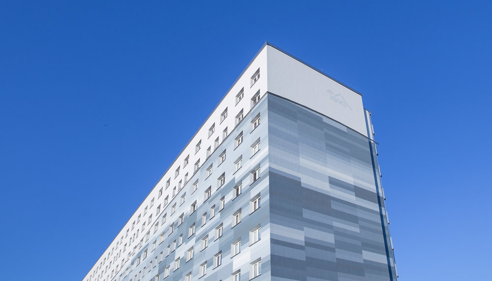 Fassadengestaltung-auf-Putz-wandmalerei-pixelgrafik-senftenberg-welle-farbkonzept.jpg