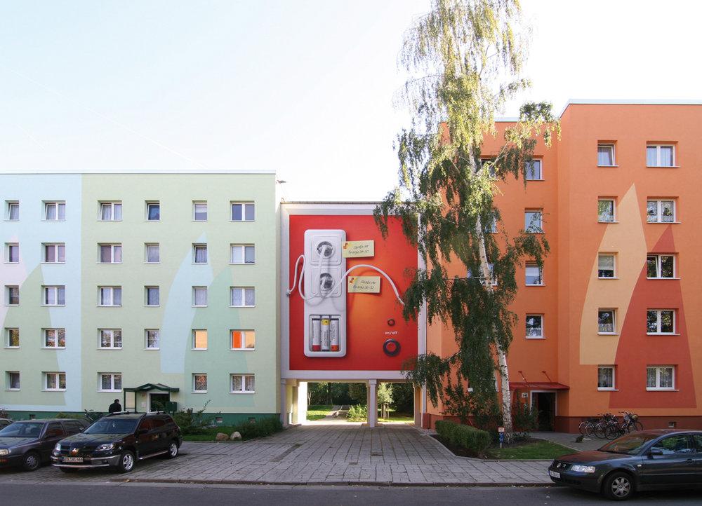 Fassadengestaltung-auf-Putz-Wohnungsbau-farbgestaltung-konzept-steckdose-werbung-illusion-lustig-Beispiel.jpg