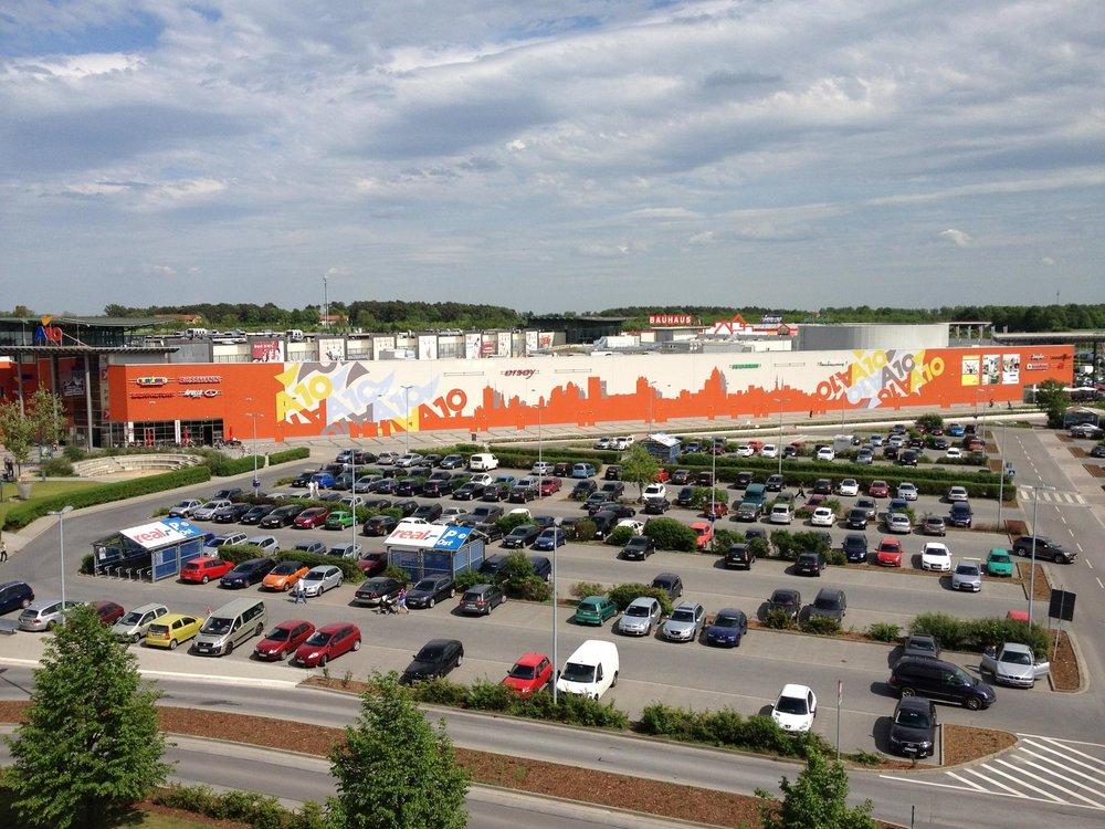 Fassadengestaltung-Industrie-A10-Center-Berlin-Skyline-Malerei-Beton-Halle-Parkplatz-aussen.jpg